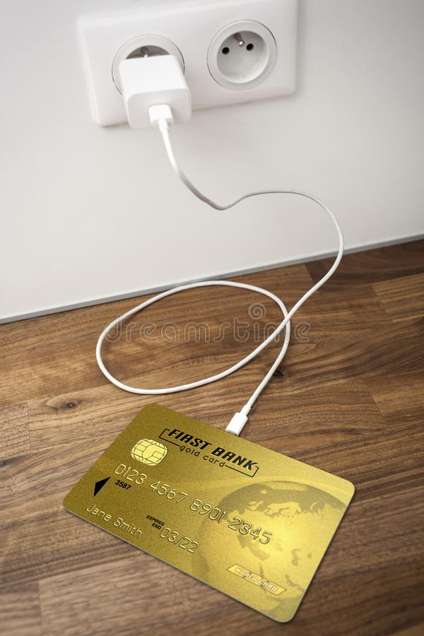 Um cartão de banco do ouro conectado a um soquete de USB foto de stock royalty free
