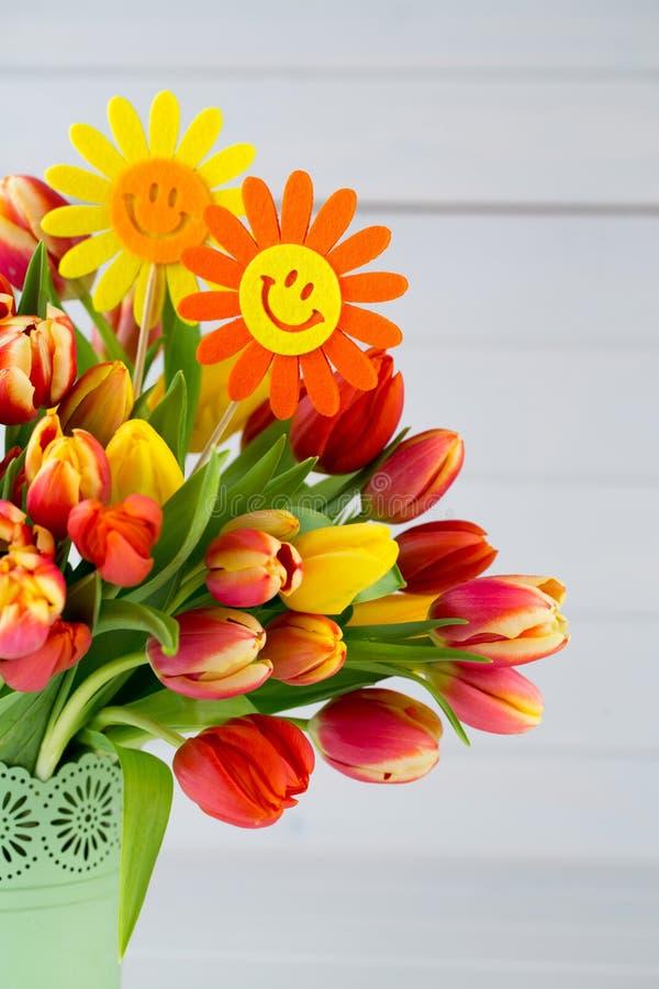 Um cartão de cumprimentos colorido da mola com as tulipas para a Páscoa, ` da mãe fotografia de stock royalty free