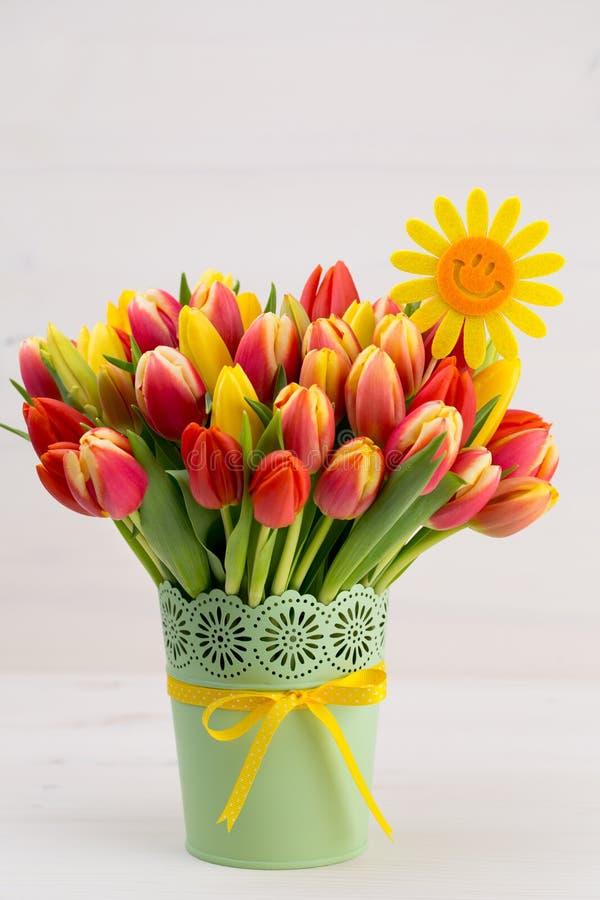 Um cartão de cumprimentos colorido da mola com as tulipas para a Páscoa, ` da mãe fotos de stock royalty free