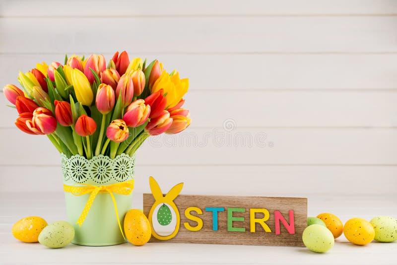 Um cartão de cumprimentos colorido da mola com as tulipas para a Páscoa, ` da mãe imagens de stock royalty free