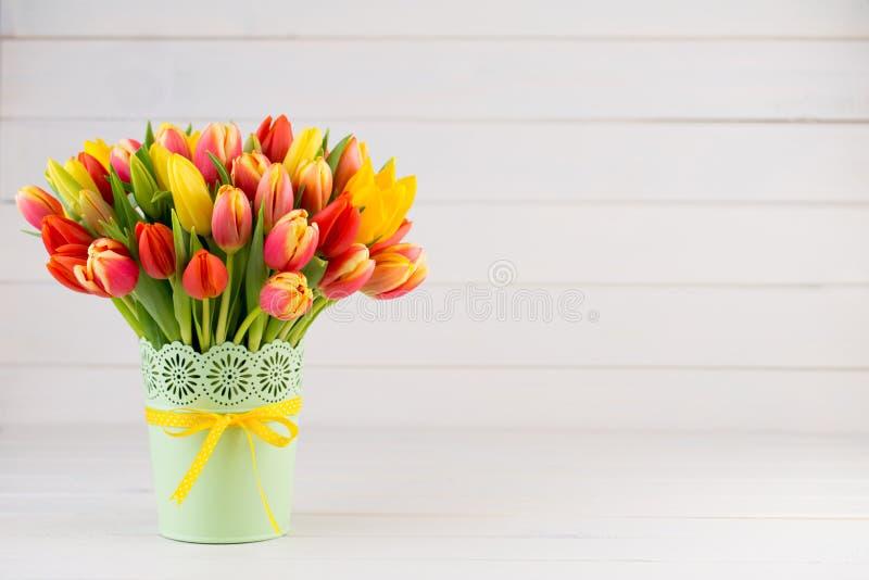 Um cartão de cumprimentos colorido da mola com as tulipas para a Páscoa, ` da mãe foto de stock royalty free