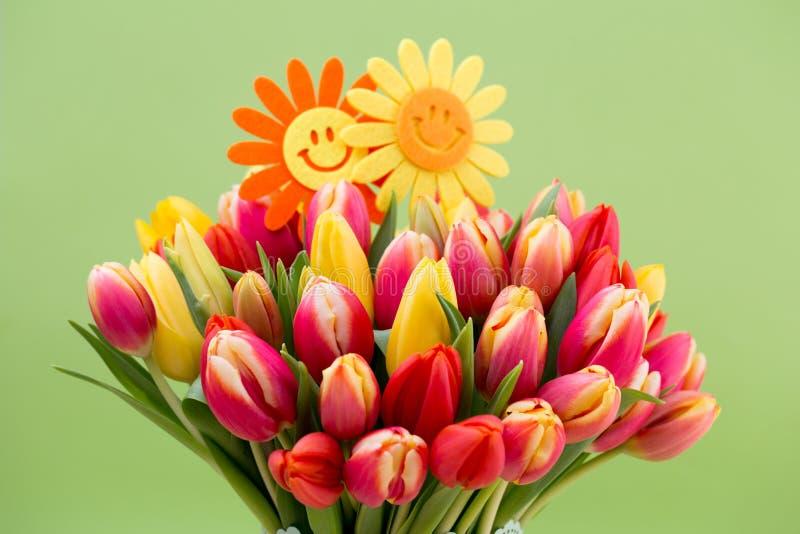 Um cartão de cumprimentos colorido da mola com as tulipas para a Páscoa, ` da mãe fotos de stock