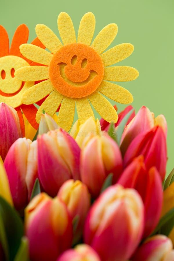 Um cartão de cumprimentos colorido da mola com as tulipas para a Páscoa, ` da mãe imagens de stock