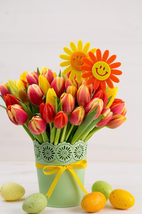 Um cartão de cumprimentos colorido da mola com as tulipas para a Páscoa, ` da mãe imagem de stock