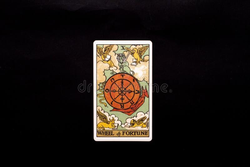 Um cartão de tarô principal individual dos arcana isolado no fundo preto Roda de fortuna foto de stock royalty free