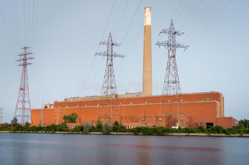 Um carvão desarmado ateou fogo ao central elétrica no crepúsculo foto de stock royalty free