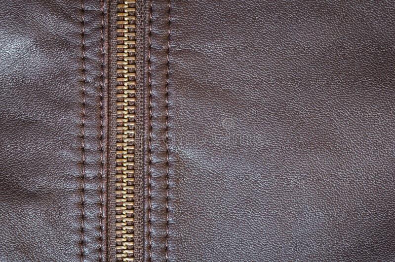 Um casaco de cabedal bronzeado elegante com um fecho de correr perfeito para cavaleiros imagem de stock