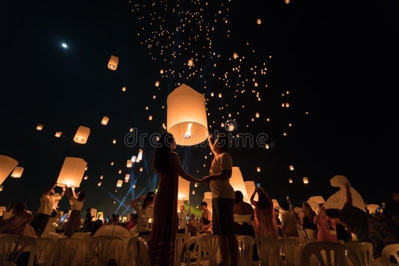 Um casal asiático que vai lançar uma lanterna durante o Festival de Lanterna Chiang Mai fotografia de stock royalty free