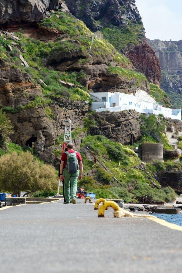 Um casal das pessoas adultas está andando no porto velho de Fira, Grécia, Santorini imagens de stock