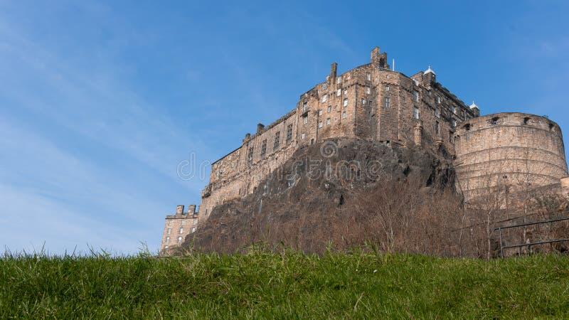 Um castelo emposing em um monte fotografia de stock royalty free