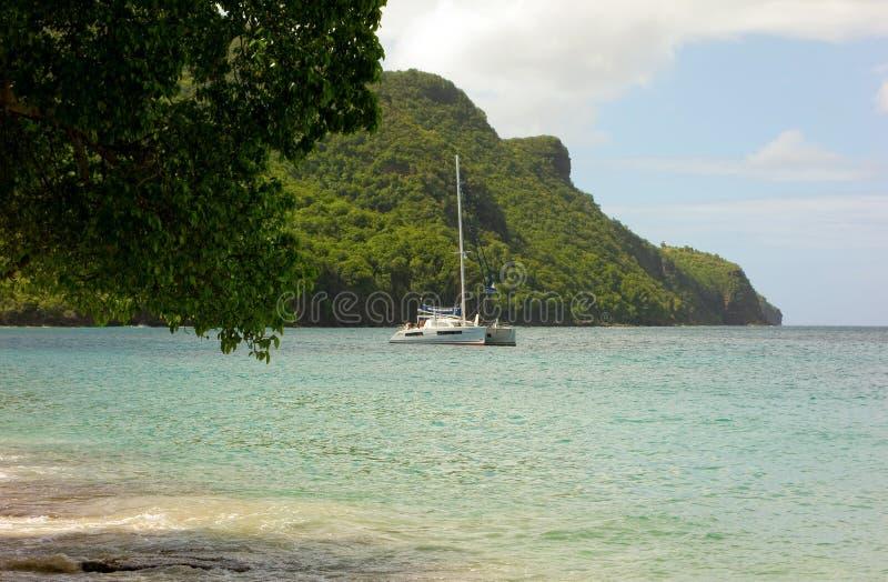 Um catamarã ancorado nas ilhas de barlavento foto de stock