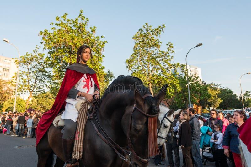 Um cavaleiro novo em seu cavalo no vestido medieval durante a celebração de St George e do dragão foto de stock