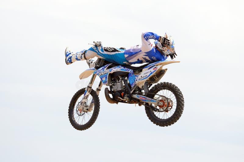 Um cavaleiro profissional na competição de FMX (motocross do estilo livre) em esportes extremos Barcelona de LKXA imagem de stock