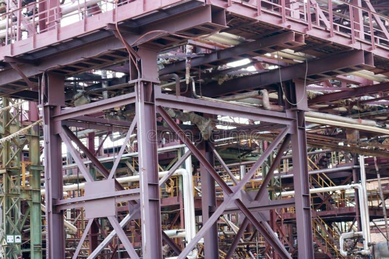 Um cavalete tranquilo do grande metal do ferro com tubulações e fios e equipamento bondes na refinaria industrial da refinaria pe fotos de stock royalty free