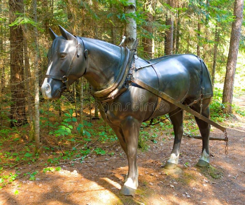 Um cavalo da fibra de vidro em uma floresta fotos de stock