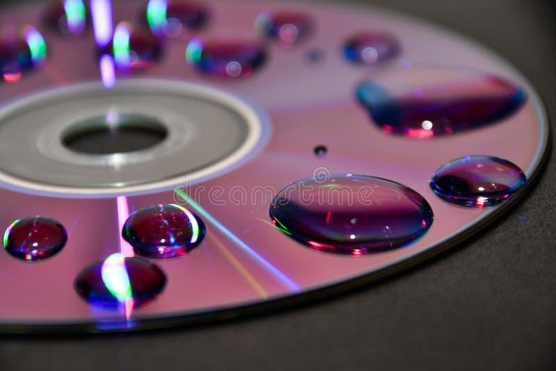 Um CD com aqua foto de stock