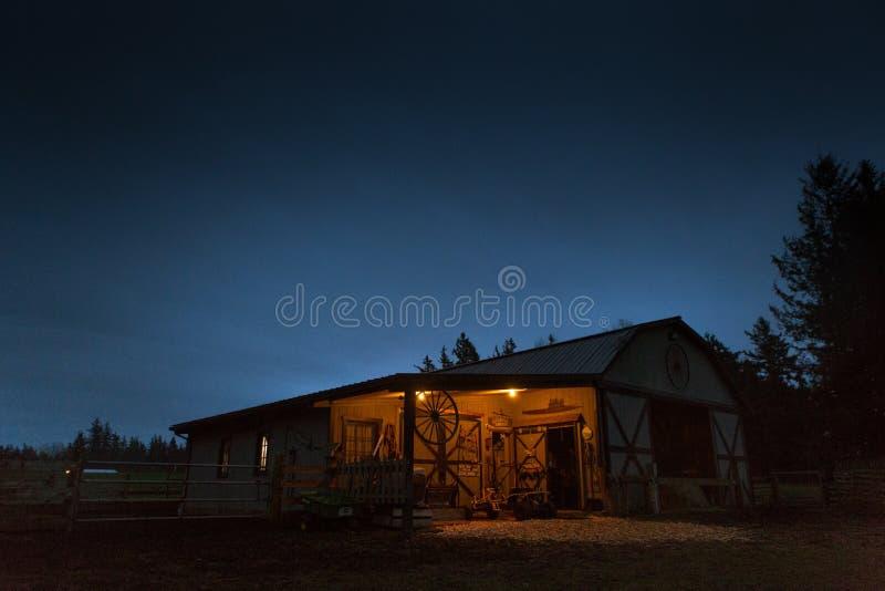 Um celeiro de madeira velho na explora??o agr?cola nas madeiras sob o c?u noturno bonito fotos de stock