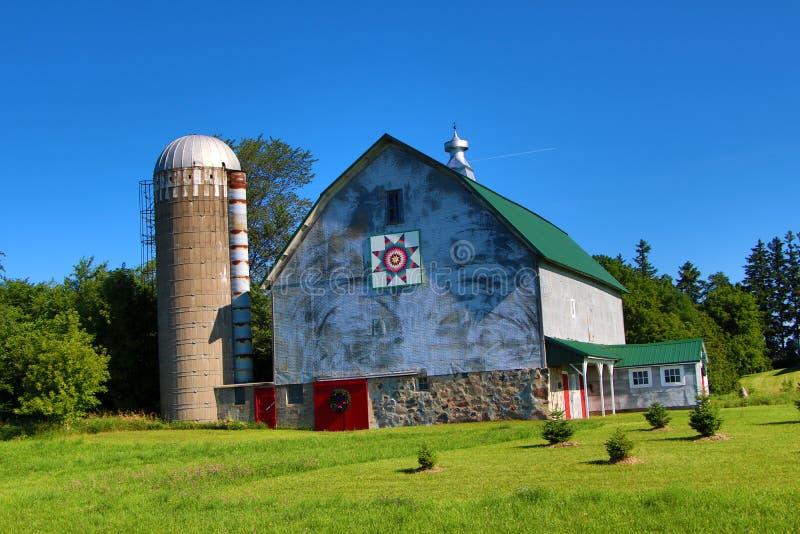 Um celeiro e um silo imagem de stock