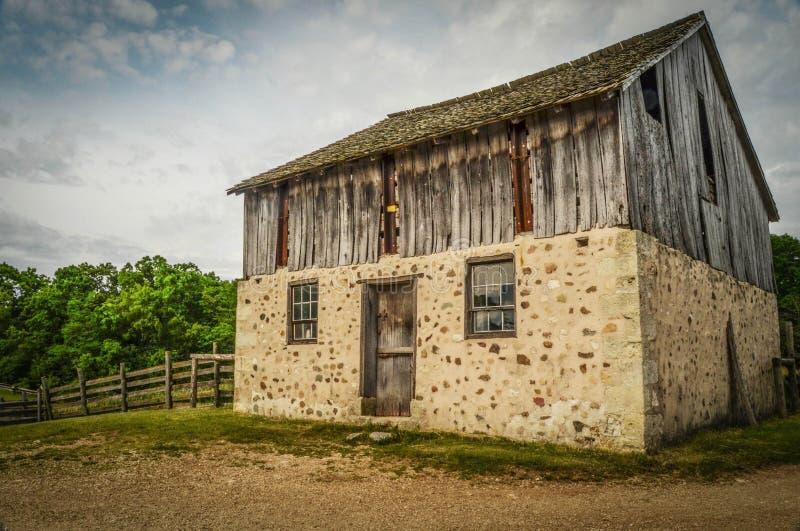 Um celeiro experiente em uma exploração agrícola velha imagem de stock royalty free