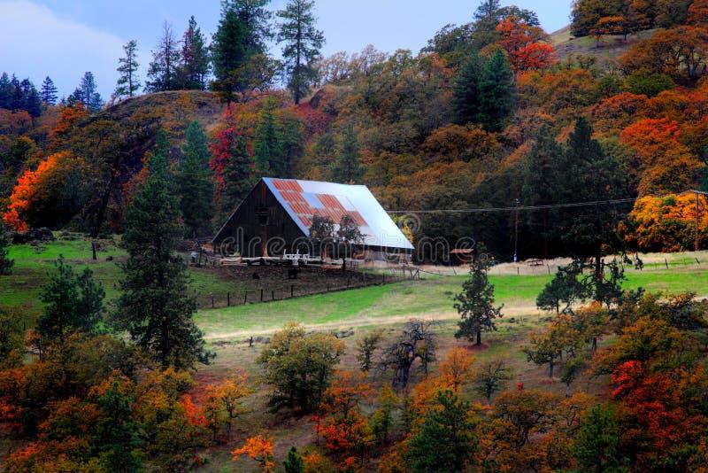 Um celeiro rural no outono imagens de stock