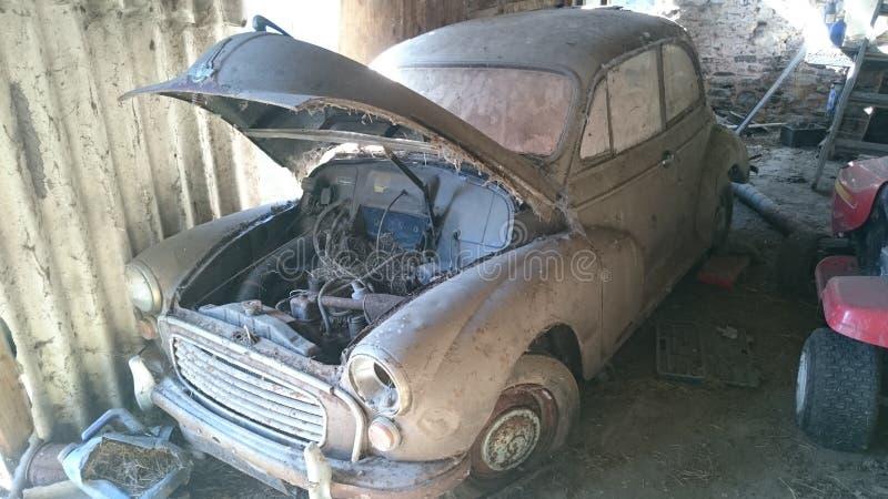 Um celeiro velho oxidado para encontrar o carro clássico fotografia de stock