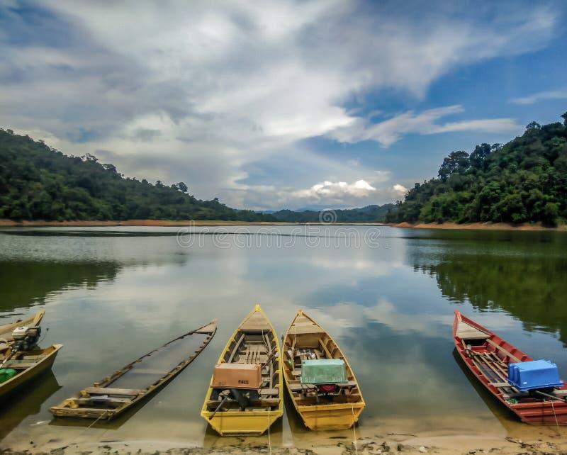 Um cenário de tradicional & de x28; artisan& x29; barcos de pesca no lago Gubir, Kedah, Malásia fotos de stock