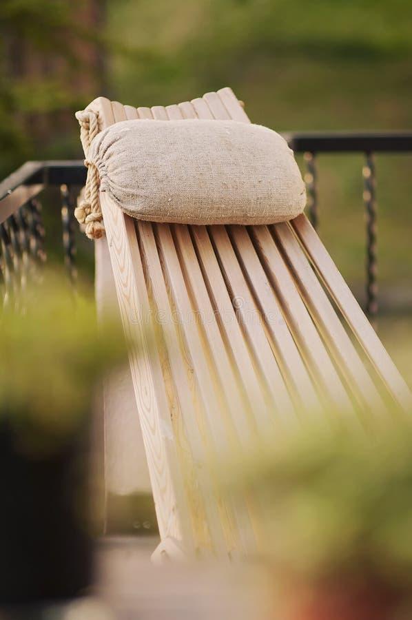 Um cenário relaxado do verão com uma mobília do projeto Uma imagem vertical tomada do balcão e do jardim é obscura no fotografia de stock royalty free