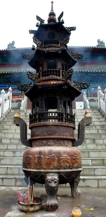 Um Censer chinês alto na montanha de Wudang fotografia de stock royalty free