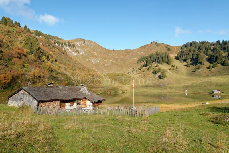 Um chalé de madeira perto do lago Bretaye em Suíça imagem de stock royalty free
