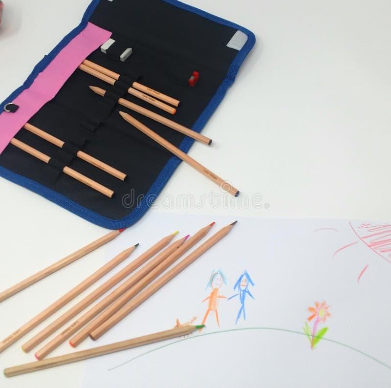 Um child& x27; s que tira com lápis colorindo em um fundo branco foto de stock royalty free