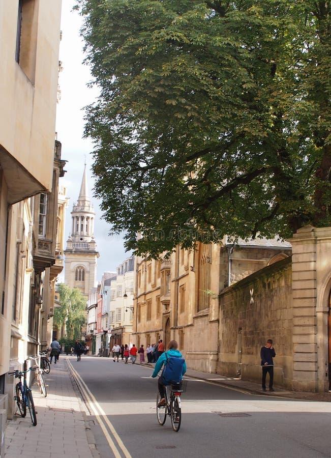 Um ciclista o na cidade da universidade de Oxford, Inglaterra fotografia de stock