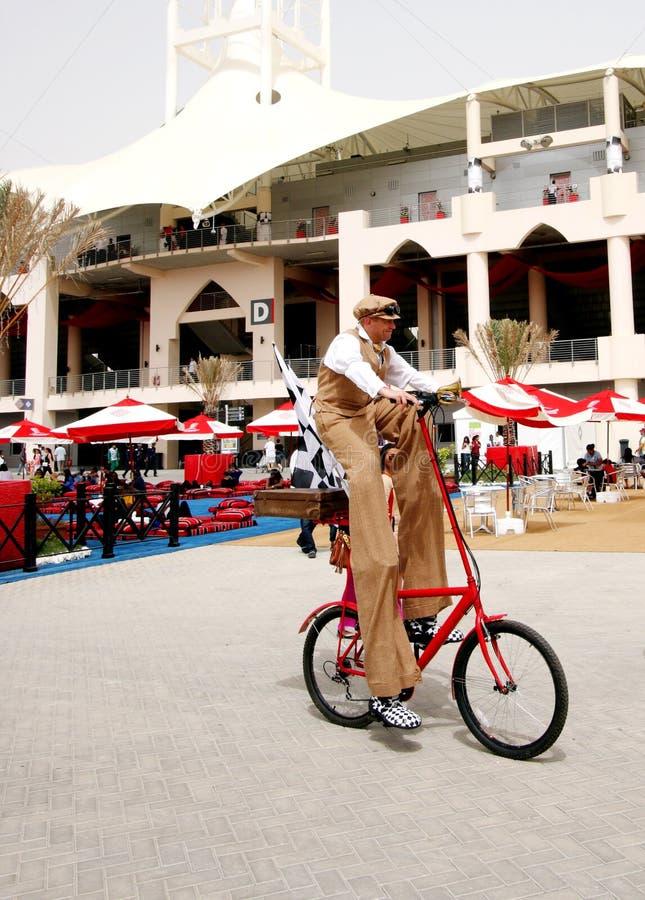 Um ciclista que dá um ciclo F1 na vila, 20 abril 2012 imagem de stock