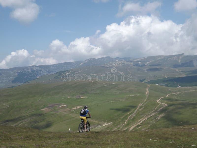 Um ciclista só que provoca os perigos das montanhas Carpathian fotografia de stock royalty free