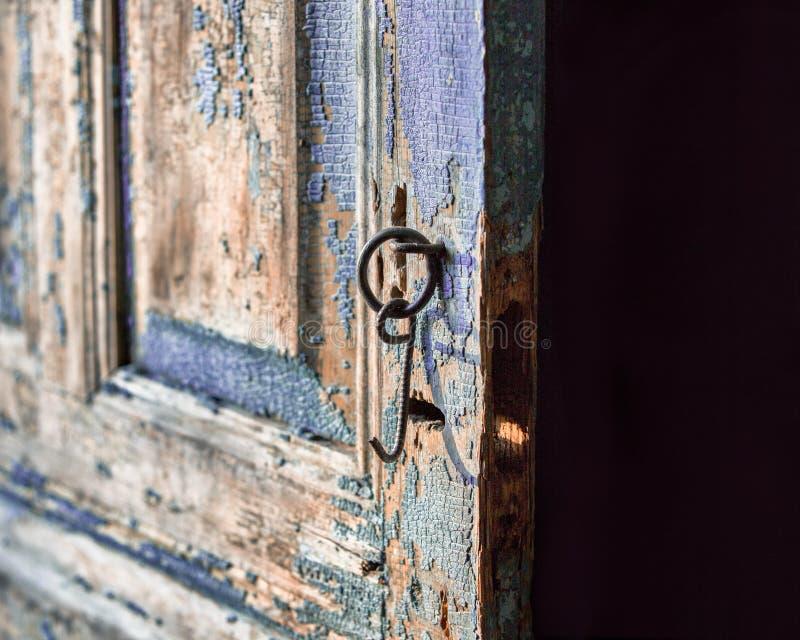 Um close-up da porta gasto velha fotografia de stock