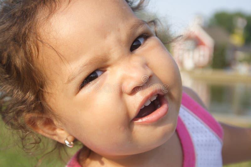 Um close-up de um bebê parvo imagens de stock royalty free