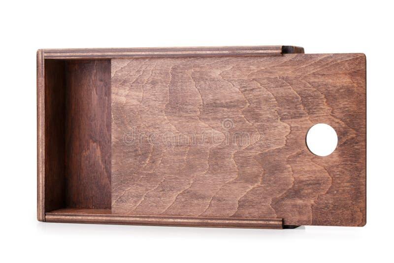Um close-up de uma caixa de madeira crua pequena para os artigos pequenos isolados no fundo branco Esvazie o recipiente aberto pa imagem de stock