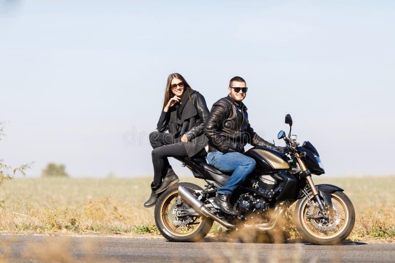 Um close-up de uma motocicleta está na estrada com seu proprietário sozinho fotos de stock