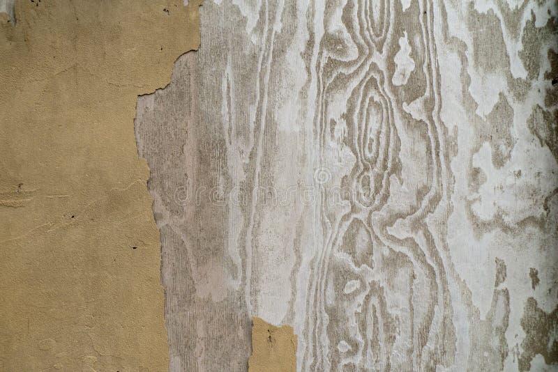 Um close up de uma parede com pintura velha e estrutura de madeira imagens de stock royalty free