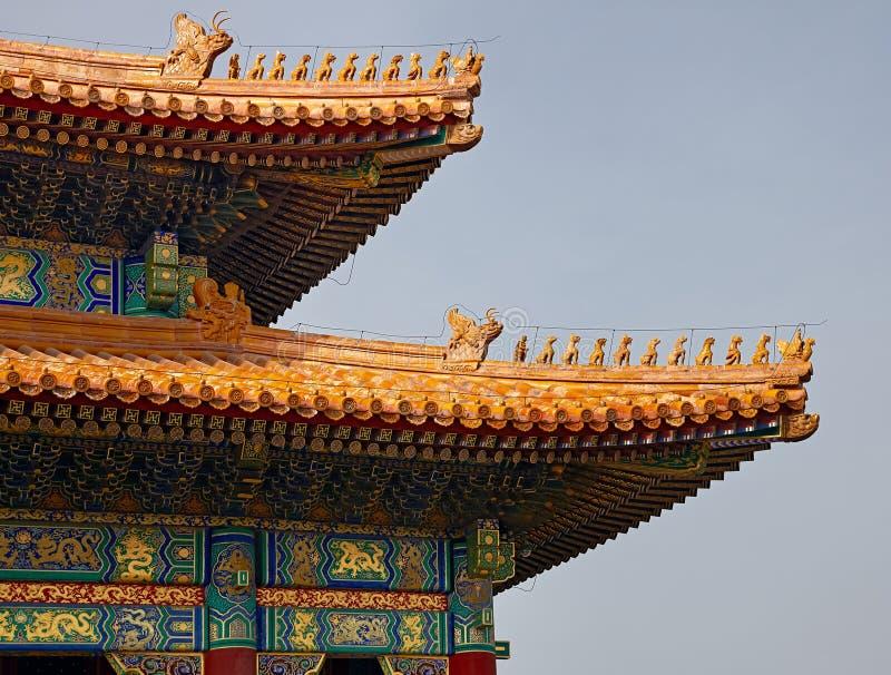 Um close up detalhado do chinês telha a arquitetura na Cidade Proibida no Pequim, China O palácio da pureza celestial imagem de stock