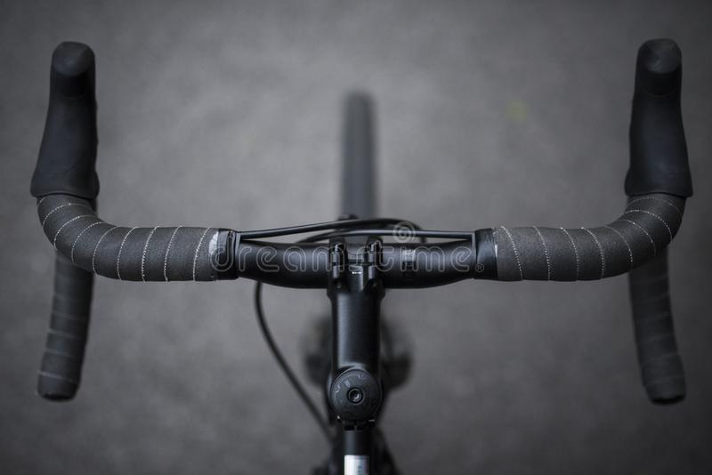 Um close up do grupo dianteiro de uma bicicleta dos esportes segura o tiro em preto e branco fotografia de stock royalty free