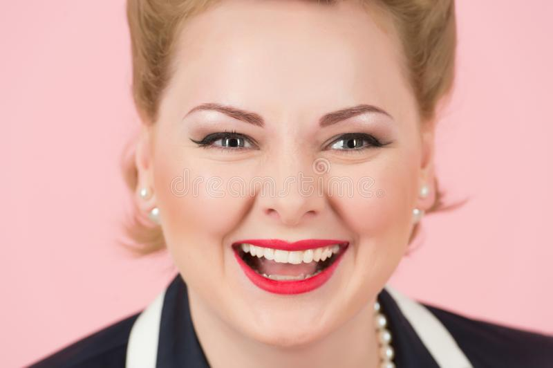 Um close-up grande do sorriso da menina loura Retrato da mulher branca feliz com riso atrativo e boa pele fêmea loura de riso fotos de stock royalty free