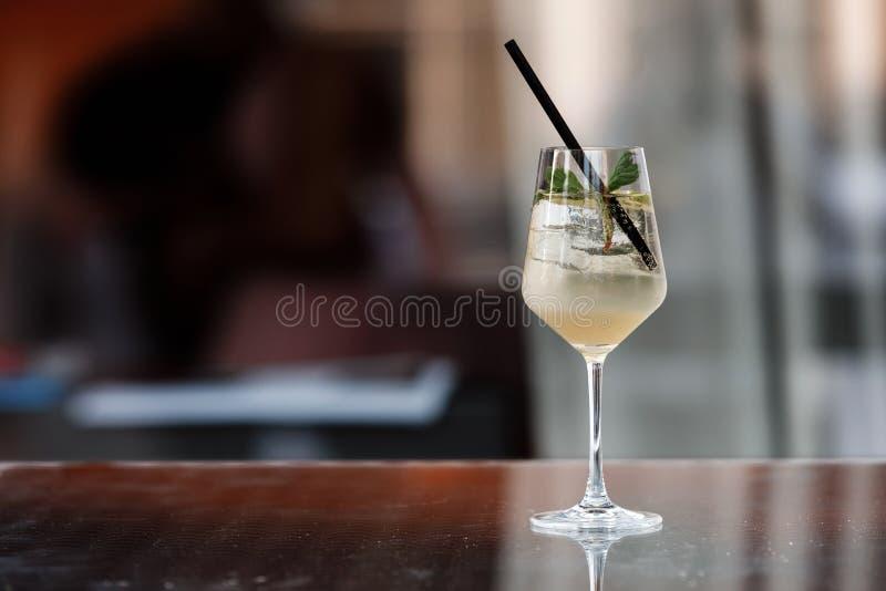 Um cocktail alcoólico está no bar Espaço para texto Foto do menu fotografia de stock royalty free