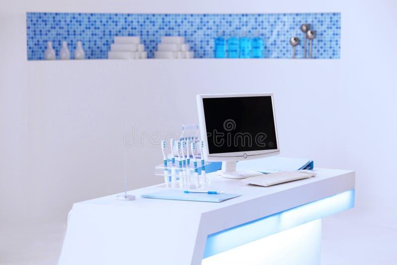 Um computador no contador dental fotografia de stock royalty free