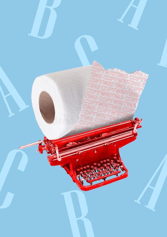 Um conceito copywriting Máquina de escrever vermelha com rolo de toalete em vez do papel Projeto moderno Colagem da arte contempo fotos de stock