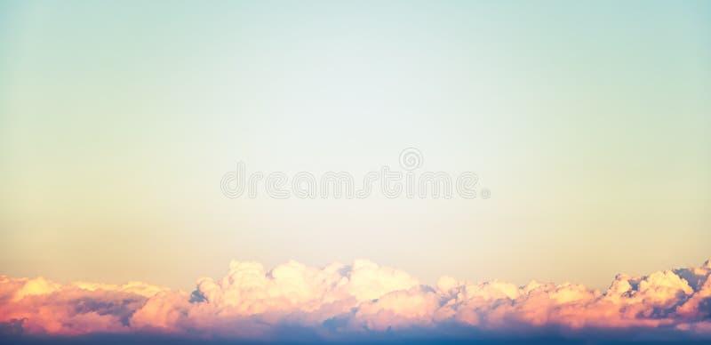 Um conceito novo do céu e da terra: O raio dramático do sol com céu alaranjado e as nuvens alvorecem fundo da textura com espaço  fotografia de stock