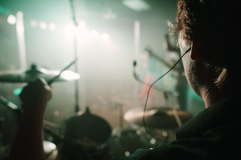 Um concerto vivo da perspectiva do desempenho dos bateristas. imagens de stock