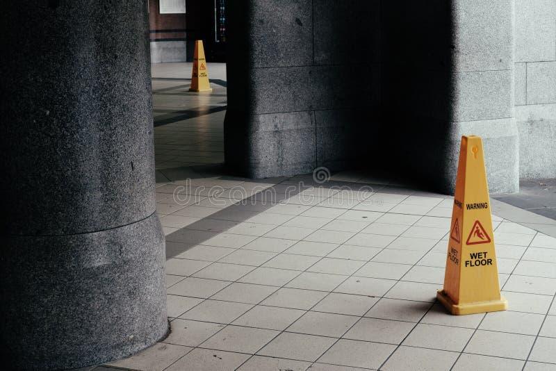 Um cone do sinal no assoalho que l? fotos de stock royalty free