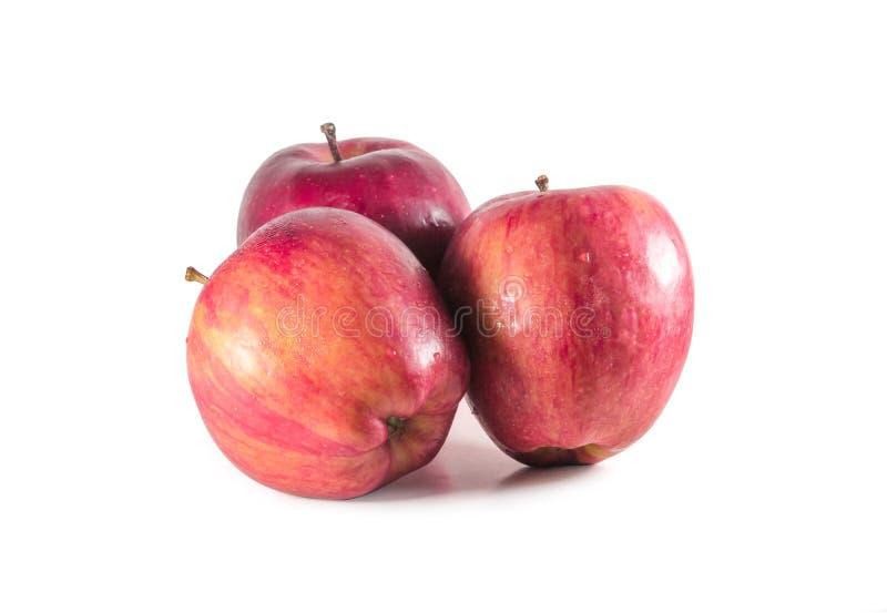 Um conjunto de três maçãs vermelhas frescas com gotas isoladas em fundo branco foto de stock royalty free