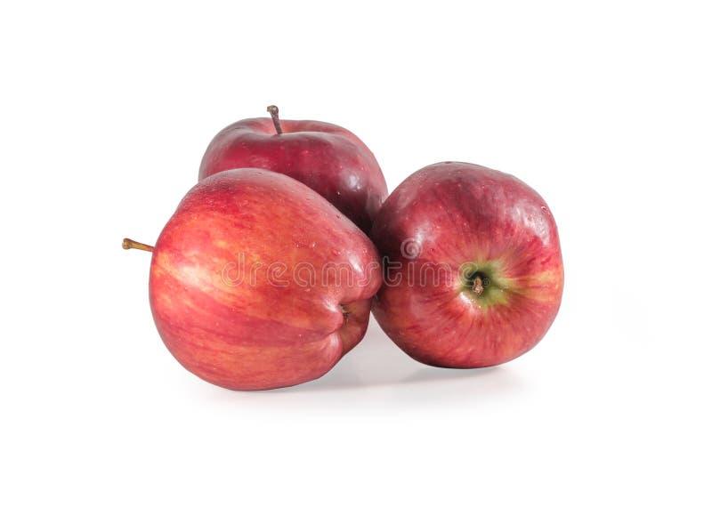 Um conjunto de três maçãs vermelhas frescas com gotas isoladas em fundo branco fotos de stock royalty free