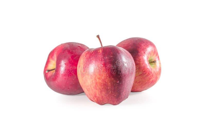 Um conjunto de três maçãs vermelhas frescas com gotas isoladas em fundo branco foto de stock